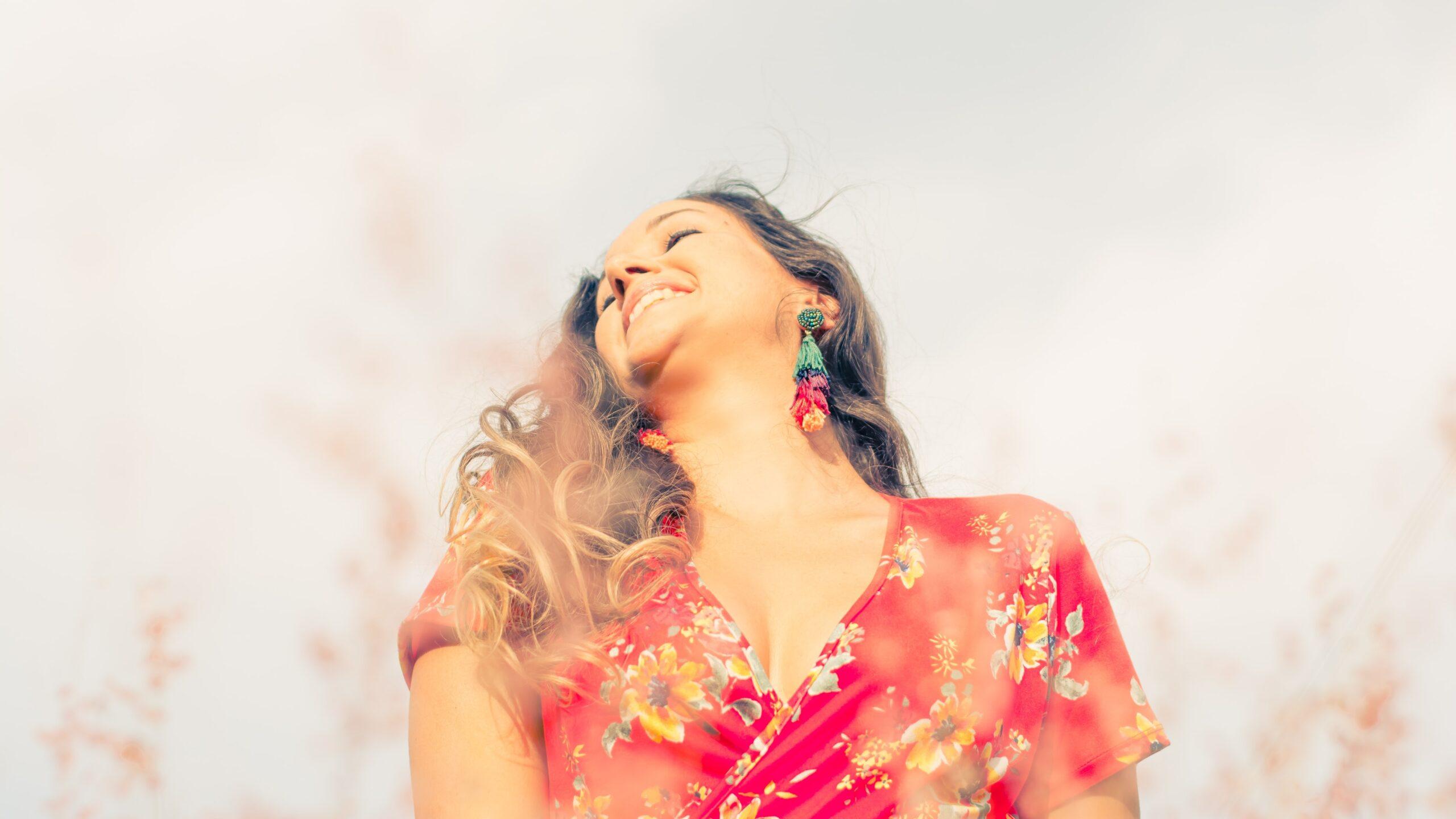 Woman laughing Photo by Ricardo Arce